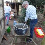 Gemeinschaftsgarten Tausendschön Den Gartentisch lackieren und die neue Eingangspforte einbauen  das sind die Hauptaufgaben an diesem Sonntagnachmittag.