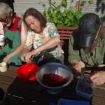 Marmelade selber machen ist im Trend. Aber Obst ernten und direkt im Garten Marmelade machen, das ist Neu. Im Gemeinschaftsgarten Tausendschön wurden die Früchte 1,2,3 zu einer himmlischen Verführung zubereitet. Gemeinsam ernten, verarbeiten und genießen, das ist Glück.
