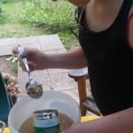 Der Sud für die Gurken wird gemischt. Er besteht aus Wasser, Zucker, Salz und der Kräutermischung Krumme Kerlchen. Diese Mischung wird auch für Salatsauce und Salsa-Dip von unseren GärtnerInnen verwendet.