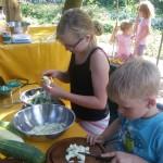 Unsere Gartenkinder lernen die Wertschätzung von Lebensmitteln, denn was man selber sät, pflegt, erntet und kocht, das weiß man zu schätzen. Danke an Herbaria Kräuterparadies Rapunzel Naturkost Davert GmbH und amorebio für die Zutaten.