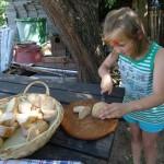 Brot vom Vortag schneiden