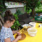Erona schält Kartoffeln