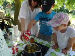 Kinder stellen ihre Kräuter Salbe her
