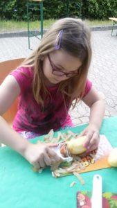 Pia Kartoffel schälen