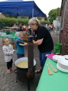junge bekommt suppe