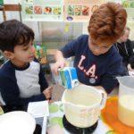 Kinder backen Apfelpfannkuchen