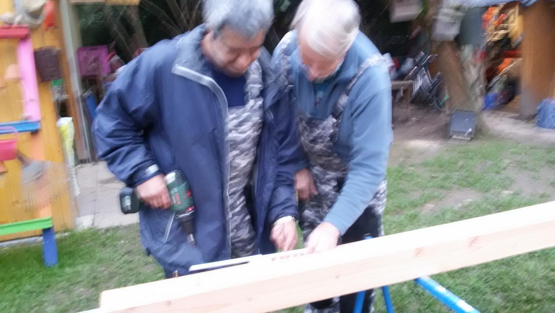 Lothar zeigt in der Offenen Werkstatt worauf beim Handwerk und im Umgang mit den Maschinen und Werkzeugen ankommt