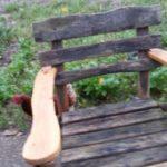 Armlehnen und ein Sitzbrett sind erneuert. Nun wird der ganze Stuhl gereinigt und  lackiert.